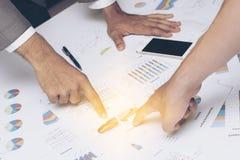 Main des gens d'affaires analysant le document de graphique et de diagramme Photos stock