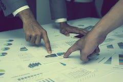 Main des gens d'affaires analysant le document de graphique et de diagramme Photographie stock libre de droits
