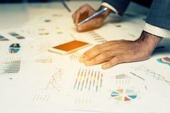 Main des gens d'affaires analysant le document de graphique et de diagramme Photo stock