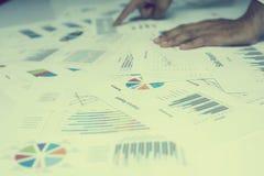 Main des gens d'affaires analysant le document de graphique et de diagramme Photo libre de droits