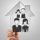 Main dessinant la maison 3d avec l'icône de famille Images libres de droits