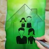 Main dessinant la maison 3d avec l'icône de famille Photos libres de droits