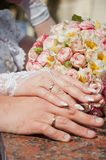Main deux avec la boucle de mariage Photographie stock