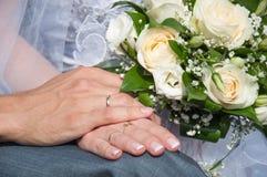 Main deux avec la boucle de mariage Images stock