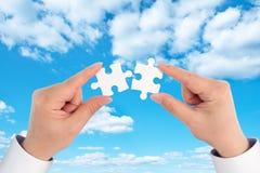 Main deux tenant le puzzle denteux de morceau, la relation d'affaires, le succès et le concept se reliants de stratégie images stock