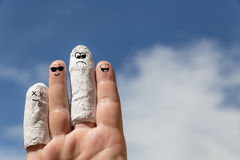 Main devant le ciel bleu, doigt blessé photo stock