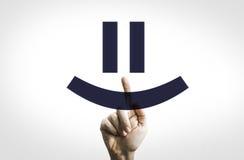Main dirigeant dans un conseil transparent un smiley photographie stock libre de droits