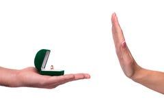 Main donnant la boîte avec un anneau de mariage Photos stock