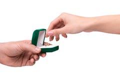 Main donnant la boîte avec un anneau de mariage Photo libre de droits