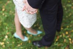 Main du marié et de la jeune mariée images stock