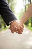 Main du marié et de la jeune mariée Photographie stock libre de droits