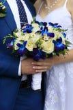 Main du marié et de la jeune mariée Image stock