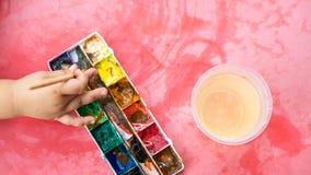 Main du ` s d'enfant avec la brosse Photo libre de droits