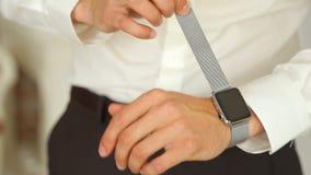 Main du ` s d'homme avec la montre d'Apple banque de vidéos