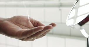 Main du ` s d'homme de métis avec une lotion après rasage clips vidéos