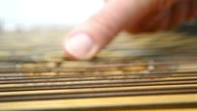 Main du ` s d'homme jouant des ficelles banque de vidéos