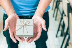 Main du ` s d'hommes tenant le boîte-cadeau image stock