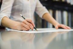 Main du ` s de fille avec un crayon Images libres de droits