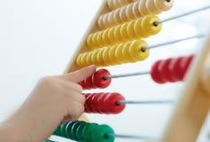 Main du ` s de petit garçon jouant avec le contre- plan rapproché de jouet Image libre de droits