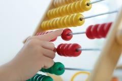 Main du ` s de petit garçon jouant avec le contre- plan rapproché de jouet Le concept de la première éducation Image stock
