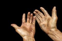 Main du vieil homme d'isolement sur le fond noir Image libre de droits
