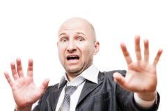 Main effrayée ou terrifiée d'homme d'affaires faisant des gestes le signe d'arrêt de visage de peau Image stock