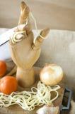 Main en bois dans la cuisine images stock