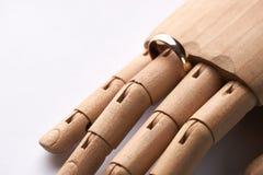 Main en bois prosthétique avec l'anneau de mariage Images libres de droits