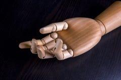 Main en bois sur un fond foncé Images libres de droits
