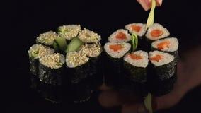 Main en gros plan de chef japonais faisant des sushi banque de vidéos