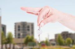 Main en gros plan de vrai agent immobilier tenant la clé Images libres de droits