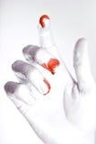 Main en peinture argentée avec des gouttes de sang Images libres de droits
