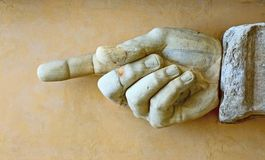 Main en pierre affichant le sens photo libre de droits