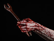 Main ensanglantée tenant une grande clé, clé ensanglantée, grande clé, thème ensanglanté, thème de Halloween, mécanicien fou, fon Photos stock