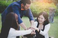 Main ensemble lors de la réunion pour le concept d'équipe Photo stock