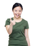 Main enthousiaste de la femme deux de l'Asie avec le pouce  Image libre de droits
