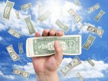 Main et argent en baisse Photo stock