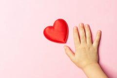 Main et coeur du ` s d'enfants Images stock
