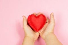 Main et coeur du ` s d'enfants Photos libres de droits