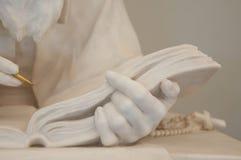 Main et croix de marbre de chrétien images stock