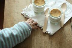 Main et cuillère image stock
