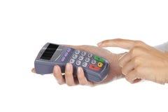Main et doigts entrant dans la broche avec une garniture tenue dans la main de broche Photo stock