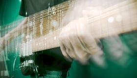 Main et guitare électrique image libre de droits