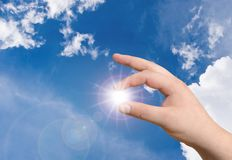Main et le soleil Image stock