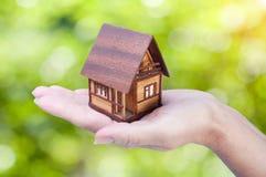 Main et maison Photos libres de droits