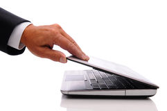 Main et ordinateur portatif d'homme d'affaires image stock