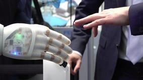 Main et robot humains comme symbole de la connexion la technologie entre les personnes et intelligence artificielle banque de vidéos