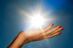 Main et soleil Images libres de droits