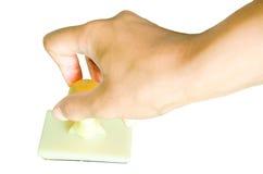 Main et tampon en caoutchouc d'isolement sur le fond blanc Image stock