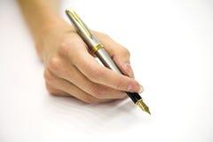 Main féminine avec le crayon lecteur Image libre de droits